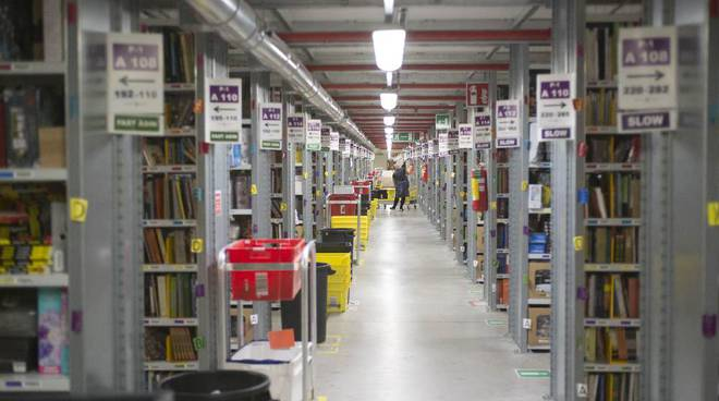 Amazon Italia sfida Poste Italiane: adesso è ufficialmente un operatore postale