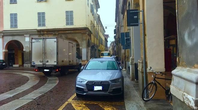 Auto contromano piazza Duomo