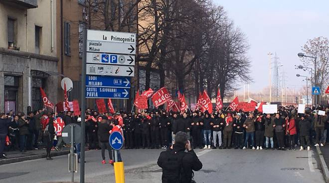Piacenza, corteo antifascista contro sede di Casapound: scontri e cariche della Polizia