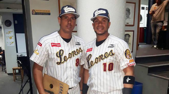 Nieves (a destra) e Monsalve insieme prima di una partita dei Leones di Caracas