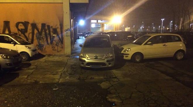Parcheggio selvaggio via Pisoni