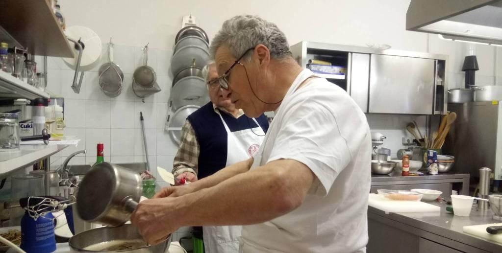A lezione di pisarei, studenti ospiti dell'Accademia della cucina piacentina