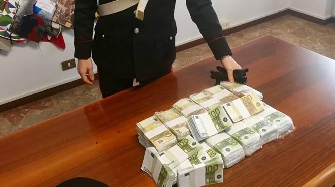 Scappano con orologi da 1milione e 400mila euro e lasciano - Soldi contanti a casa ...