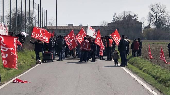 La manifestazione all'esterno delle Novate