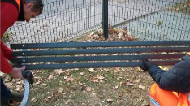 Operai al lavoro sulla sostituzione di una panchina