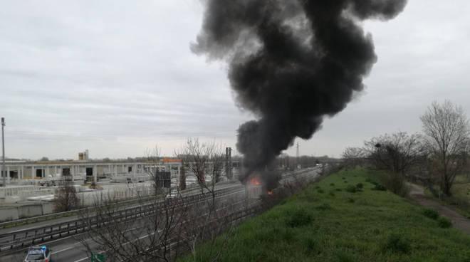 Il camion in fiamme sulla A21