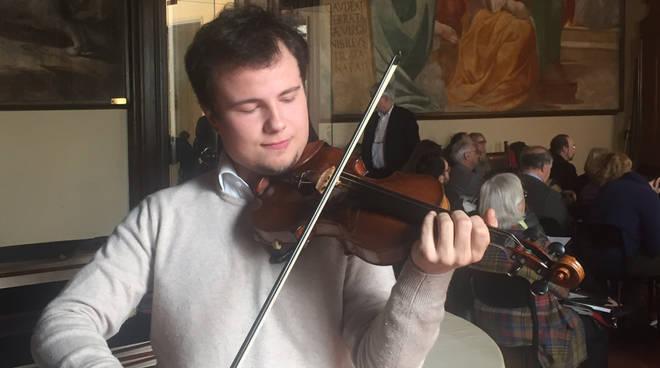 Il giovane talento Lorenzo Meraviglia, con il prezioso violino Stradivari prestato per l'occasione