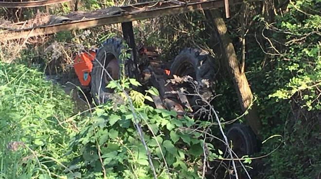 Bimbo di cinque anni muore schiacciato da un trattore