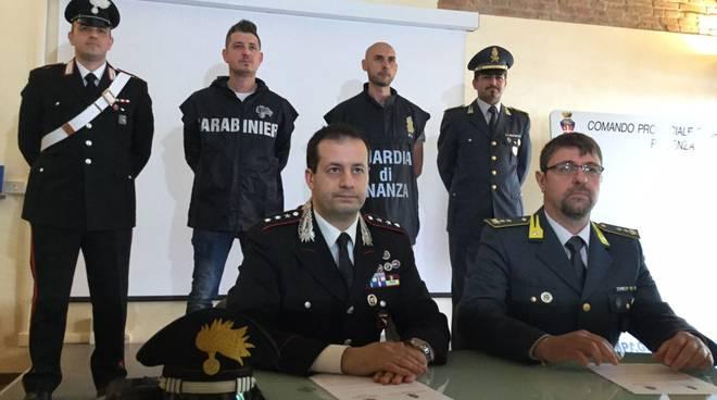 La conferenza stampa dei carabinieri e Guardia di Finanza
