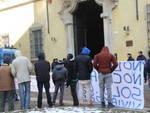 Una protesta dei migranti davanti alla Prefettura di Piacenza