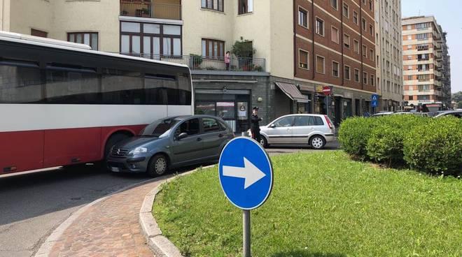 Autobus agganciato da auto