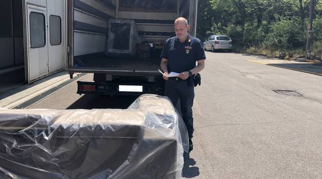 La polizia restituisce la merce rubata
