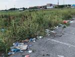 I rifiuti abbandonati in via Dossarelli