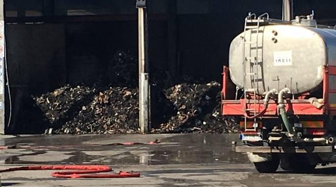 Incendio nella ditta di smaltimento rifiuti a Caorso