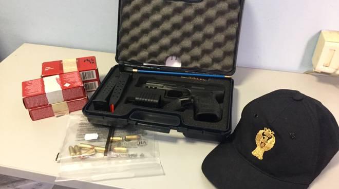 la pistola sequestrata dalla polizia