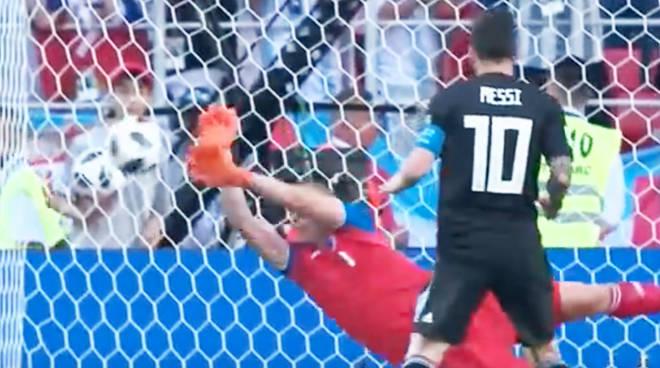 Leo Messi si fa parare il rigore nella gara contro l'Islanda