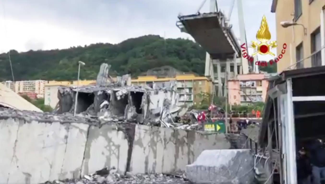 Il crollo del ponte a Genova (foto dei vigili del fuoco)