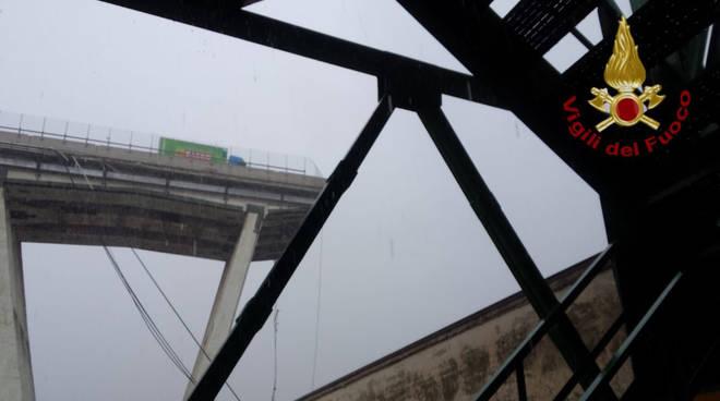 Il crollo del ponte a Genova (foto Vigili del fuoco)