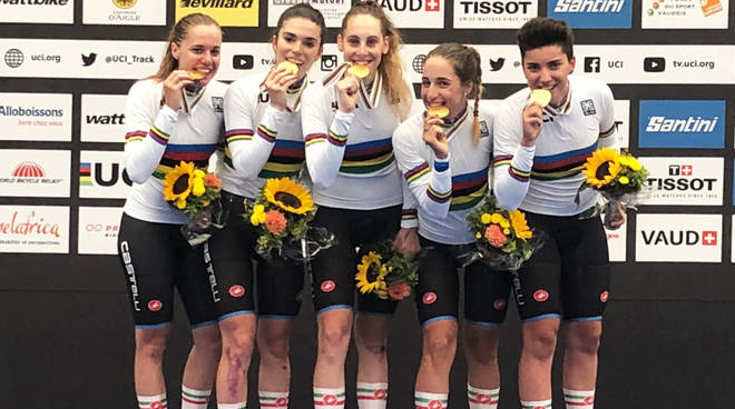 Il quartetto femminile dell'Italia campione del mondo Juniores ad Aigle in pista sul podio