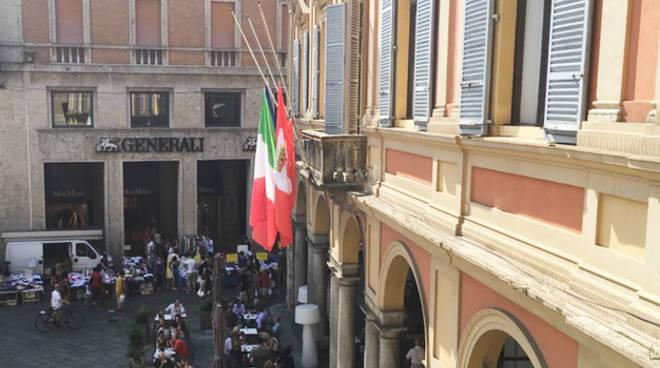 Le bandiere a mezz'asta in Municipio per la tragedia di Genova