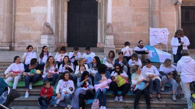 Flash mob allattamento al seno
