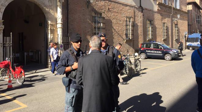 Il tribunale presidiato dalle forze dell'ordine