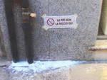 """Un avviso di """"divieto"""" per la pipì dei cani"""