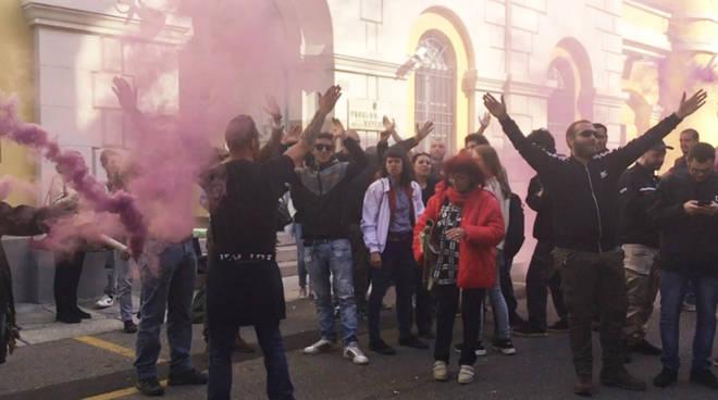 I manifestanti fuori dal tribunale di Piacenza