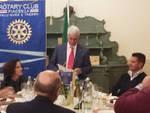 La consegna del contributo da parte del Rotary al sindaco di Gazzola