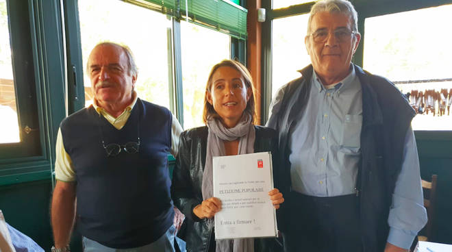 La consegna delle firme a Katia Tarasconi