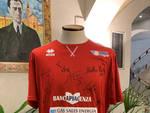 La maglia della Gas Sales nella sede della Banca di Piacenza