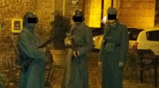 Figuranti in divise naziste in piazza Matteotti