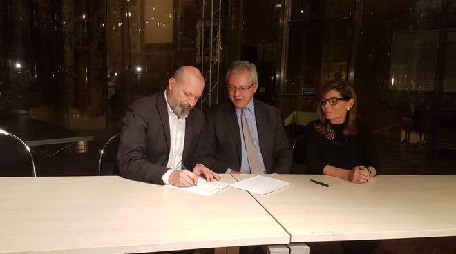 Stefano Bonaccini a Piacenza per la firma dell accordo sul nuovo ospedale a30bff59abf