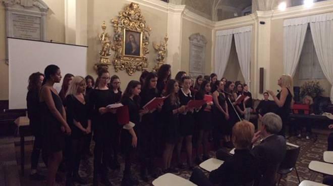 Il coro del liceo Cassinari