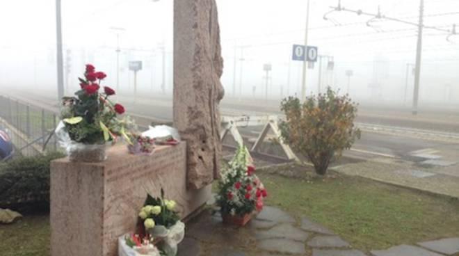 La stele in memoria delle vittime del Pendolino