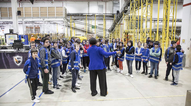 Studenti in visita al magazzino Amazon di Castelsangiovanni