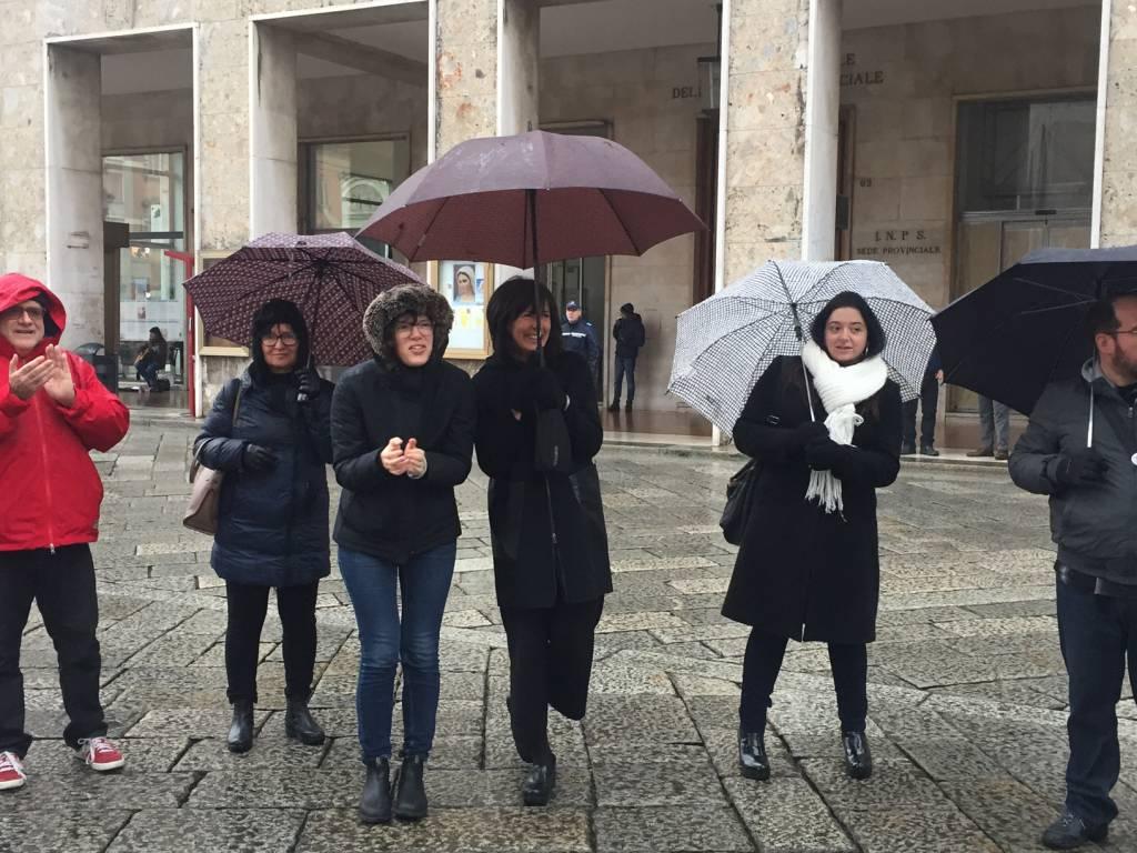 La catena umana di solidarietà intorno a Palazzo Mercanti