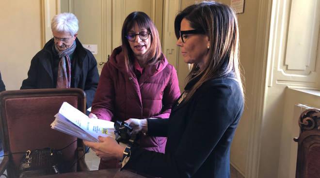 La consegna al sindaco delle firme contro la logistica