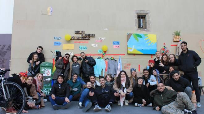 """il """"muro solidario"""" a Barcellona"""