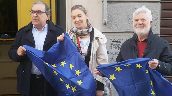 Il Pd distribuisce la bandiera europea