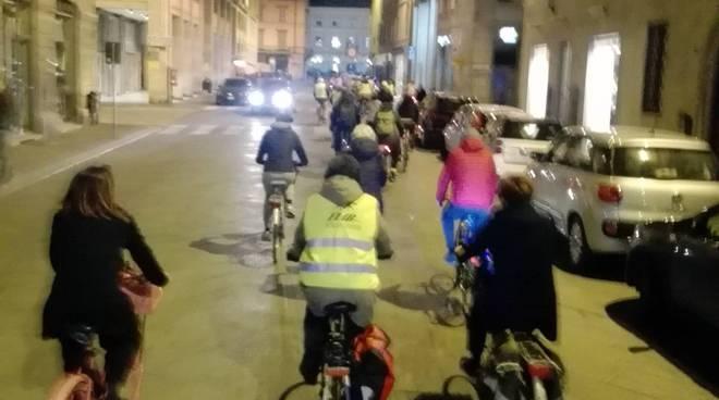 in bici in centro contro le auto
