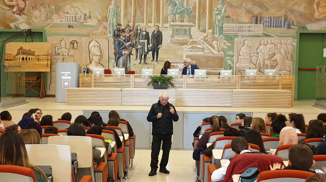 L'incontro di Don Mazzi con gli studenti