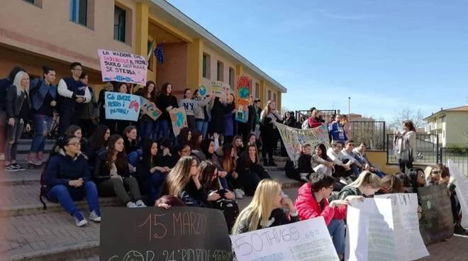 """La mobilitazione per il clima al """"Volta"""" di Castelsangiovanni"""