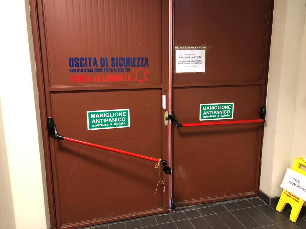 porta di sicurezza del centro commerciale gotico