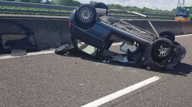 auto ribaltata in autostrada A1