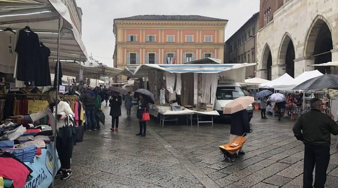 Gli Ambulanti Del Forte Calendario 2020.Il Maltempo Non Ferma Il Mercato Del Forte In Piazza Duomo