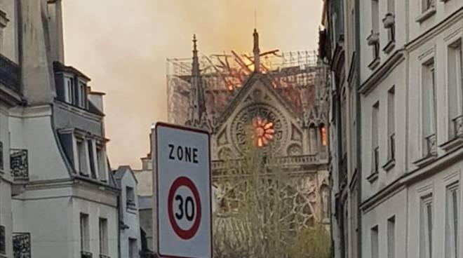 Notre Dame brucia