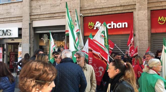 Protesta davanti Auchan
