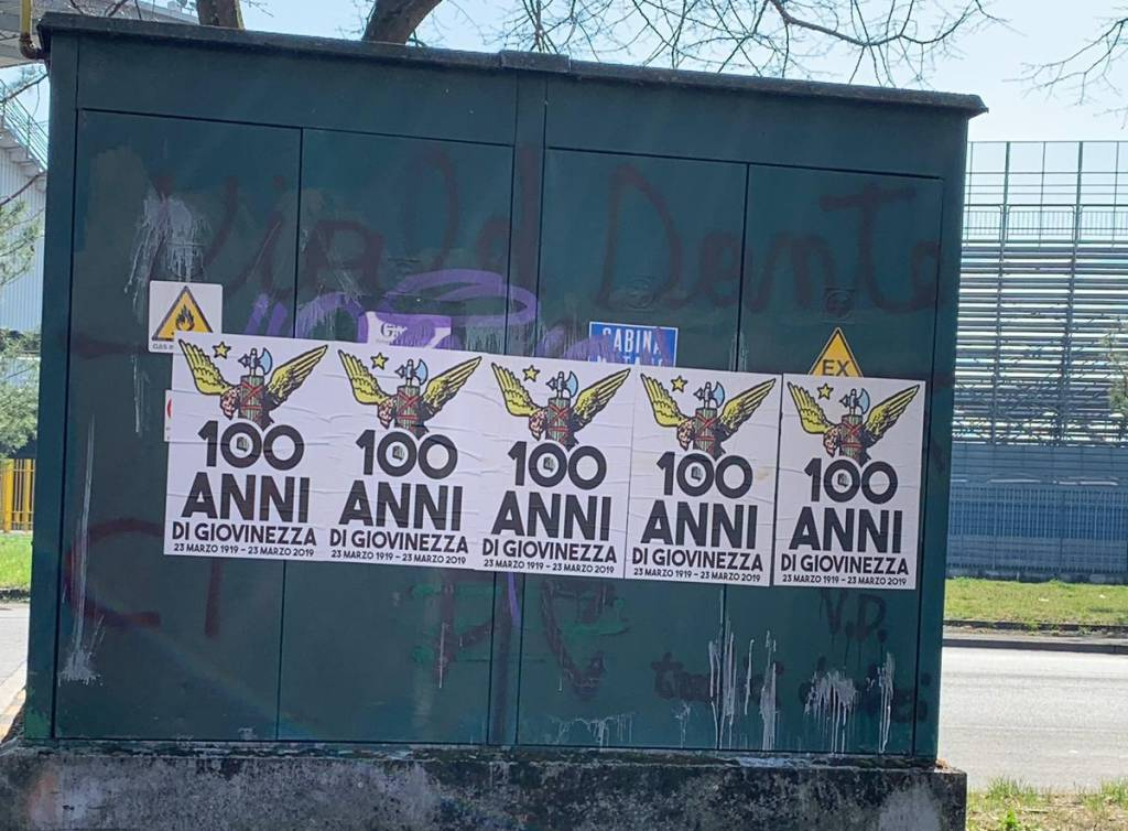 manifesti fascisti in via negri