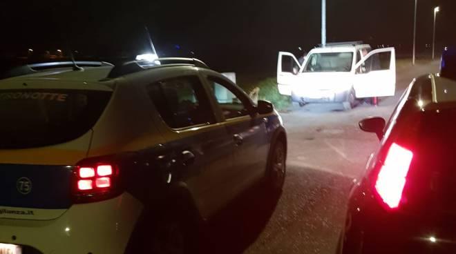 furgone abbandonato recuperato dai carabinieri in seguito alla segnalazione di metronotte